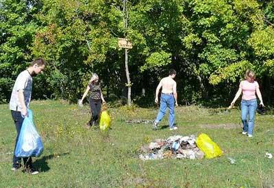 Уборка мусора на пруду