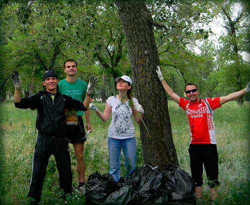 Уборка мусора в Энгельском лесу, субботник. О.Сазанка